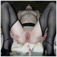 Femme mure en collants noirs a la chatte dilatée
