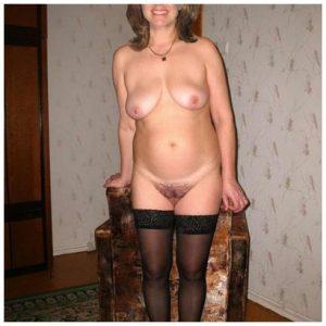 Vieille femme sexy en bas noirs en manque de sexe