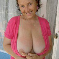Francine, célibataire 50 ans a envie de caresses sur ses grosses mamelles