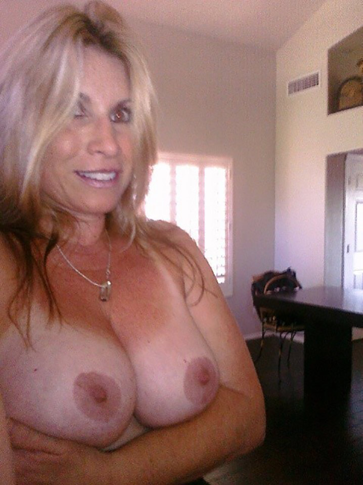 sylvia belle blonde sensuelle nichons sublimes