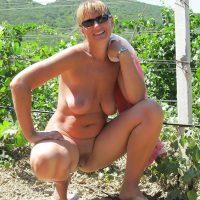 Françoise, salope exhib à baiser dans les vignes